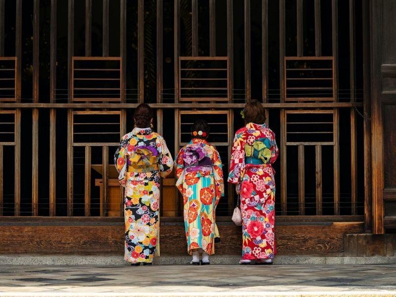 3 ladies in kimonos